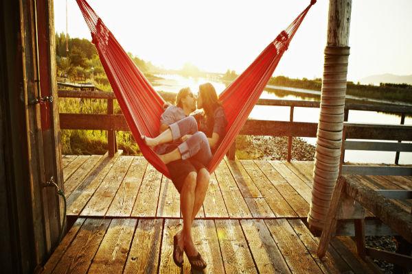 couple-hammock-sunny